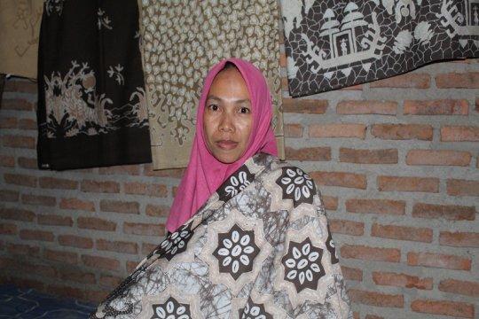 Batik pewarna alam kulit jengkol, kisah Sulastri jaga alam dan manusia