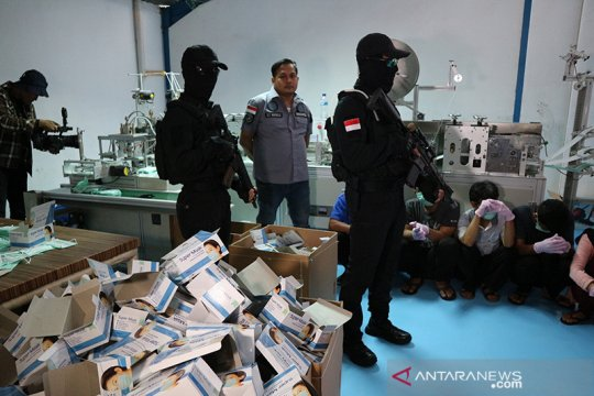 Polisi kejar pemilik pabrik masker ilegal di Cilincing