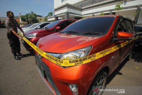 Polrestabes Surabaya ungkap penggelapan puluhan mobil