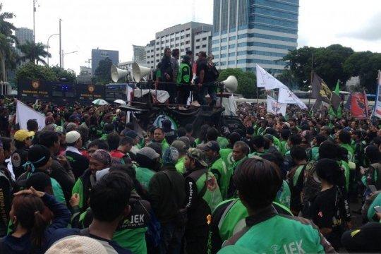 Berita politik kemarin, dari ojek daring demo di DPR hingga pusat data