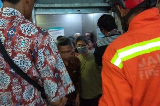 Damkar Jakarta Timur evakuasi 17 orang terjebak dalam lift