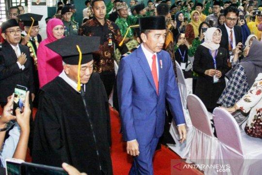 Jokowi hadiri pengukuhan Kiai Asep sebagai guru besar UINSA
