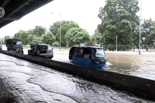 Terendam banjir, jalan Ahmad Yani tak bisa dilewati motor