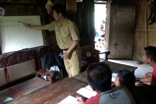 Perjuangan Agus Suharno mengantar ilmu ke puncak Gunung Wilis