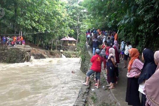 Petugas evakuasi 75 warga terisolasi akibat banjir bandang