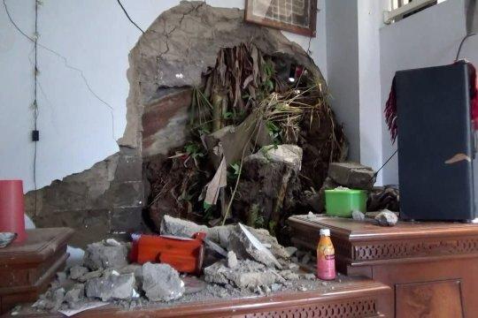 Petugas Jasa Marga perbaiki  saluran air yang tersumbat