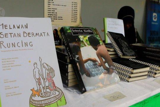 Relawan tenaga pendidik berbagi pengalaman melalui bedah buku