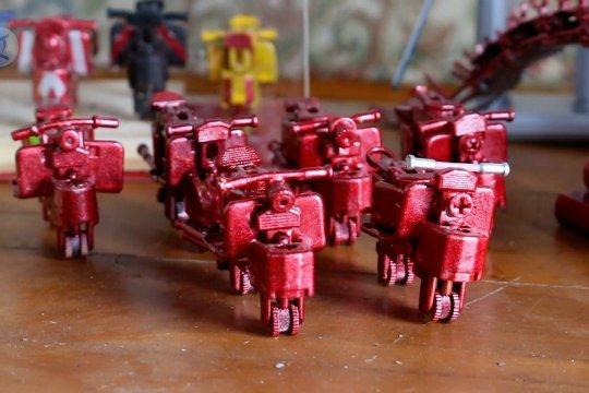Ada kerajinan miniatur motor dan robot dari limbah korek gas