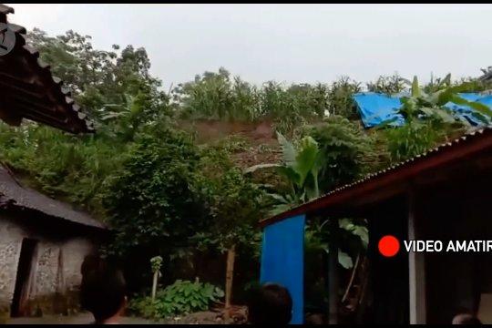 Talut tebing di Magetan longsor, atap 2 rumah rusak