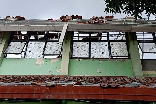 Delapan ruang kelas SMKN 24 Bambu Apus ambruk