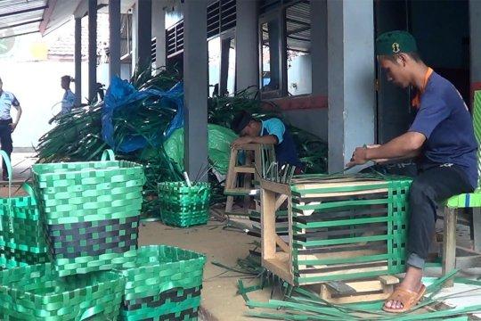 Menilik hasil kerajinan warga binaan di Batang