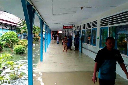 Saat 20 pasien RS Kraton Pekalongan dievakuasi dari banjir