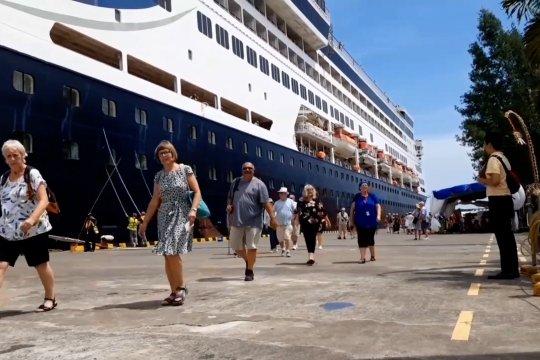 Petugas karantina kapal pesiar sebelum memasuki Benoa