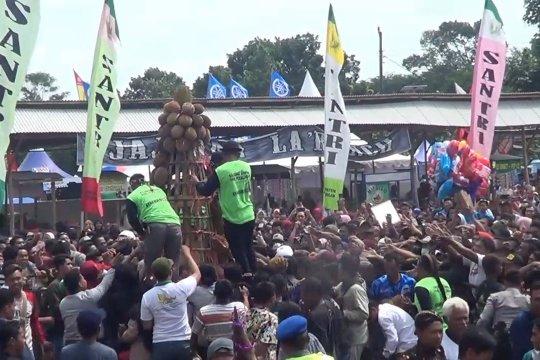 Ragam kreasi gunungan dalam Festival Durian Pekalongan