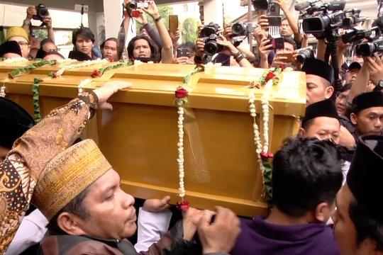 Usai disemayamkan, jenazah Gus Sholah diberangkatkan ke Jombang