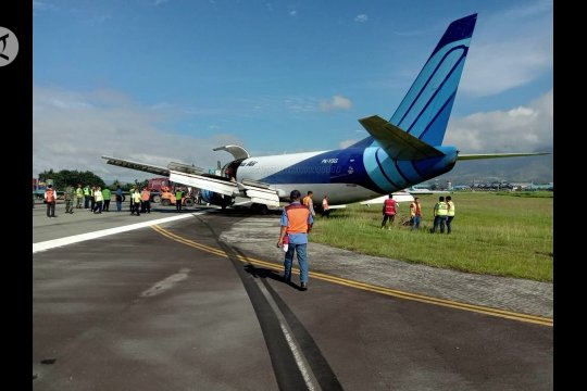 Pesawat cargo tergelincir di bandara Sentani