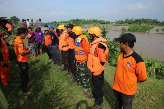Petugas cari korban tenggelam di Sungai Brantas wilayah Jombang