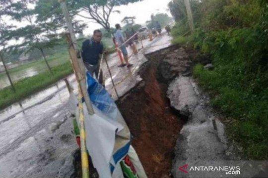 Bagian Jalan Inspeksi Kalimalang di Bekasi amblas