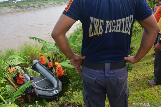 Pencarian korban perahu penyeberangan terbalik di Jombang