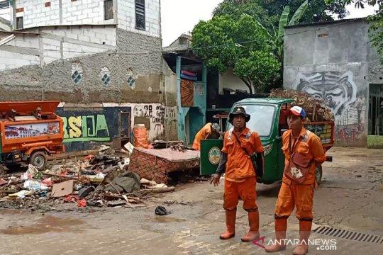 Petugas angkat 33 ton sampah dari lokasi banjir Kramat Jati