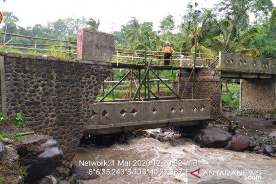 Jembatan darurat dibuat BPBD Jember usai putusnya jembatan Klungkung