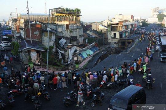 10 rumah toko ambruk akibat Jalan Sultan Agung Jember ambles