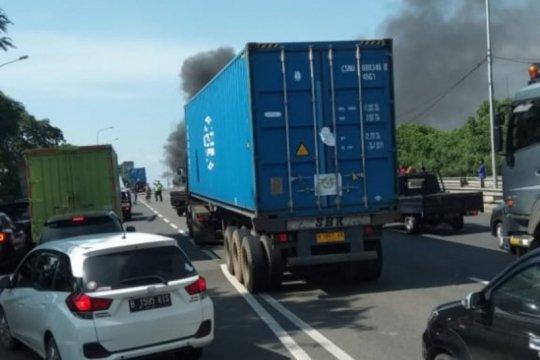 Truk kontainer terbakar di lajur cepat Jalan Cakung-Cilincing Jaktim