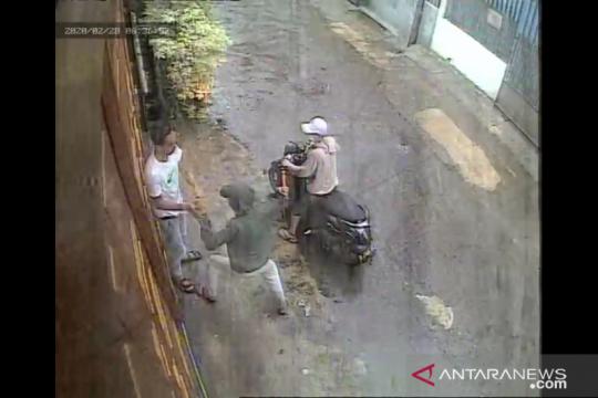 Polisi selidiki begal ponsel bersenjata tajam di Tambora