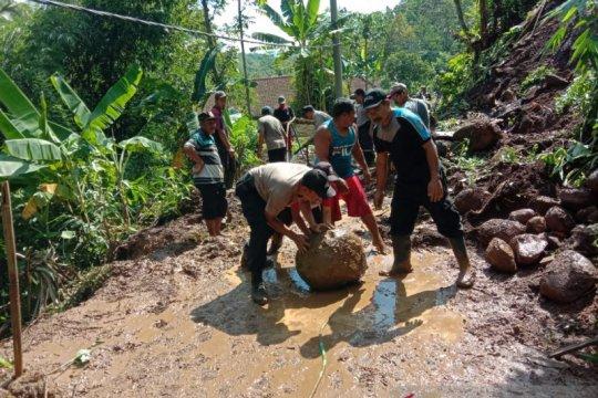 Dibuka, akses jalan tertutup longsor di Desa Gelang Jember