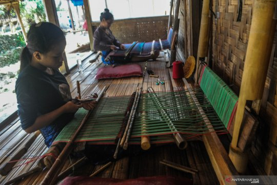 Produksi kain tenun khas Suku Baduy yang telah tembus pasar mancanegara