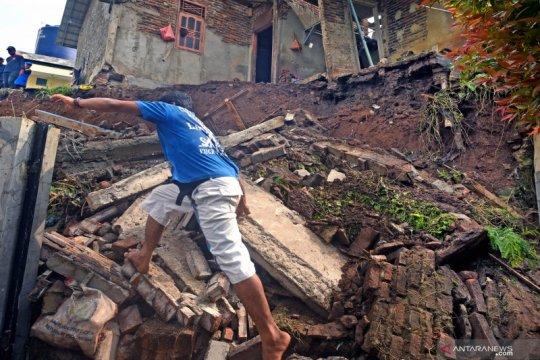 Rumah rusak akibat longsor