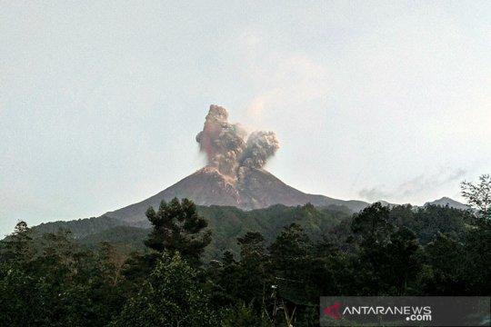 Gunung Merapi kembali meletus dengan tinggi kolom 1.000 meter