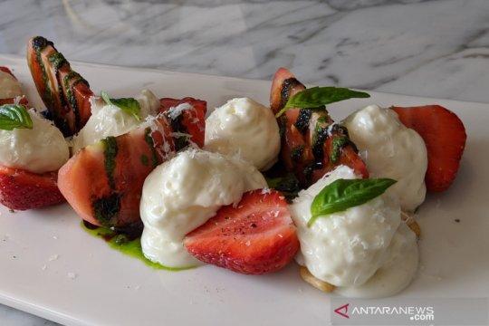 Resep salad tomat-stroberi-keju bergaya Mediterania