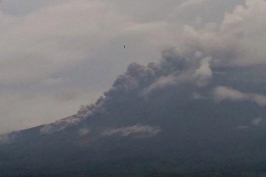 Gunung Semeru keluarkan awan panas sejauh tiga kilometer