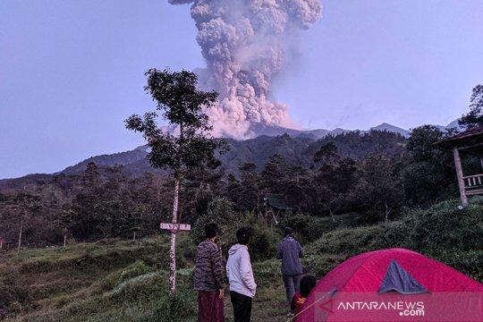 Sejumlah truk tambang sempat panik saat erupsi Gunung Merapi