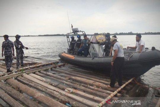 TNI AL temukan 1.400 batang kayu diduga ilegal di Sungai Kapuas