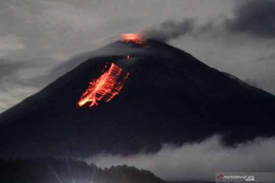 Penampakan guguran lava pijar Gunung Semeru