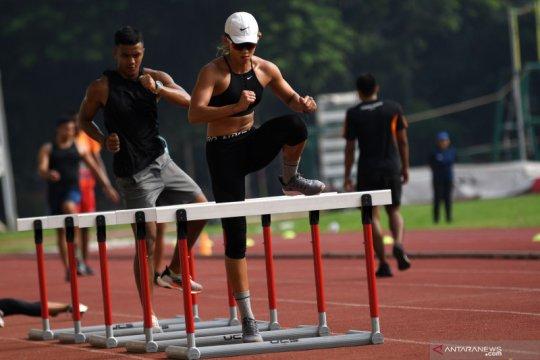 Pelari gawang Emilia Nova berlatih di Stadion Madya