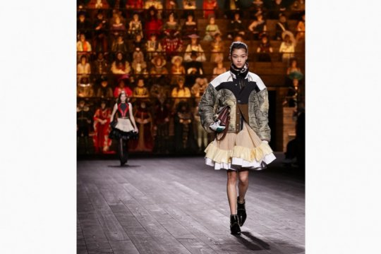 "Louis Vuitton tutup ""Paris Fashion Week"" di Louvre dengan dramatis"