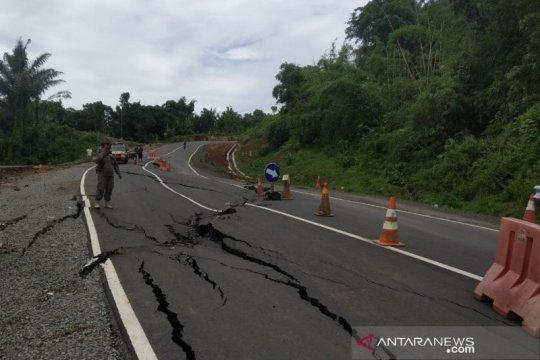 Jalan Lingkar Timur Waduk Jatigede di Sumedang ambles