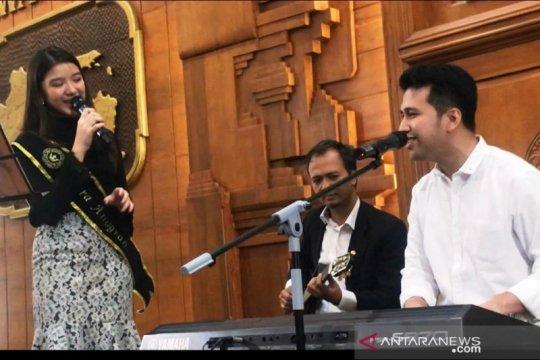 Tiara Anugrah senang dapat tawaran menyanyikan lagu karya Emil Dardak