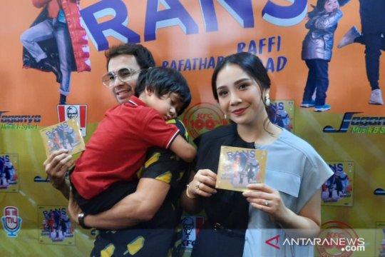 Raffi Ahmad-Nagita Slavina rilis album bertema perjalanan keluarga