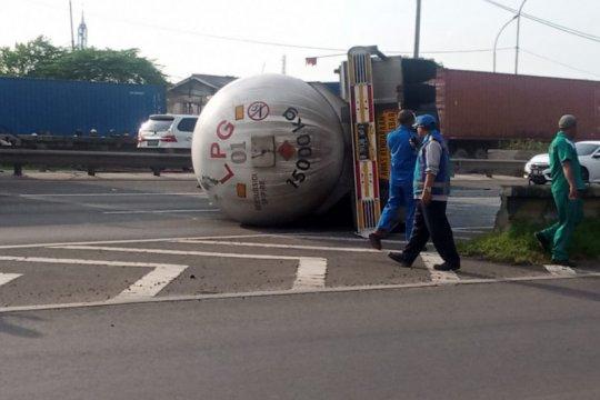 Truk trailer LPJ terbalik di dekat Pintu Tol Cakung Barat
