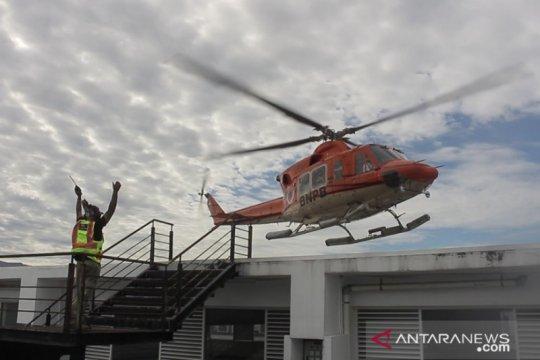 Helikopter BNPB mendarat di puncak gedung PU Sumbar