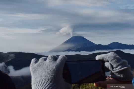 Gunung Semeru masih semburkan awan panas