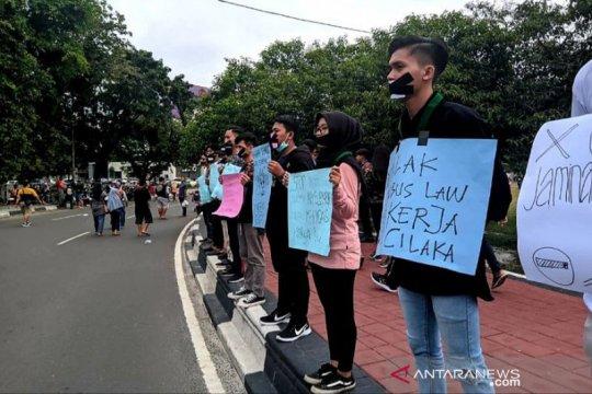 Mahasiswa di Palangka Raya lakukan aksi diam tolak RUU Cipta Kerja