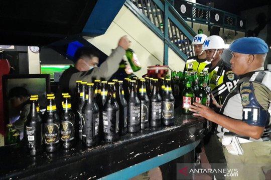 Satpol PP menyita ratusan minuman keras dari tempat hiburan malam