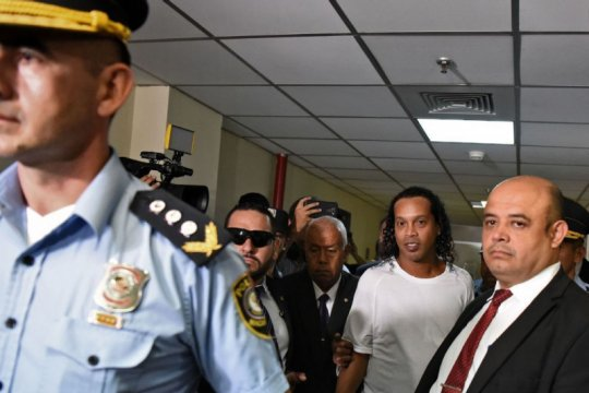 Khawatir kabur, hakim Paraguay perintahkan Ronaldinho tetap di bui