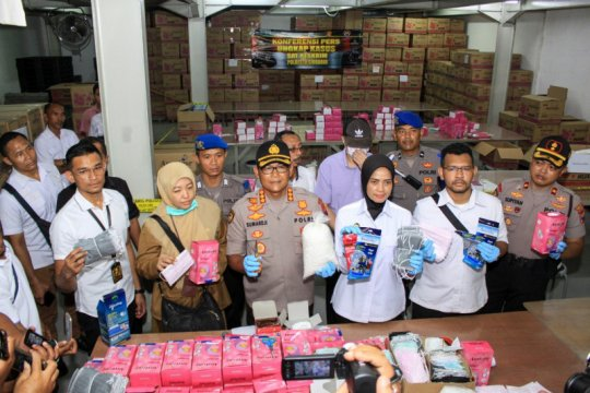 Polresta Sidoarjo membongkar industri masker ilegal