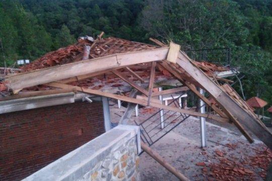 Bangunan rest area Air Terjun Dolo di Kediri rusak diterjang angin